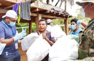 Las bolsas con comida se entregan en las áreas de difícil acceso. Foto: Cortesía Presidencia