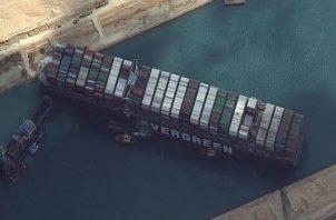 """""""Evergreen está investigando el alcance de dicha orden judicial y estudiando la posibilidad de que el buque y la carga a bordo sean tratados por separado"""", dijo la compañía taiwanesa. Foto:EFE"""