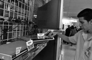 Existe la obligación del consumidor, de retirar del local del proveedor aquel bien que ingresó, ya sea para su reparación, mantenimiento o limpieza. Foto: EFE.