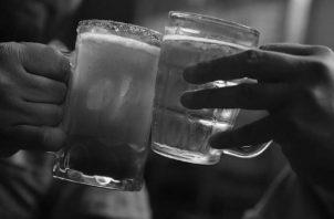 """Ante los problemas, muchas personas se refugian en la ingesta de bebidas alcohólicas, creando una especie de hábito con lo que creen sentirse """"bien"""". Foto: EFE."""
