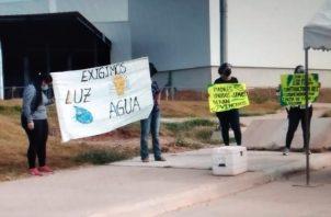 Exigen además a las autoridades que se dote al plantel educativo de agua potable y electricidad. Foto: Thays Domínguez