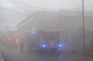 A pesar de la lluvia, lo bomberos tuvieron que abrir varios hidrantes para trabajar en las labores de extinción. (Foto: Mayra Madrid)