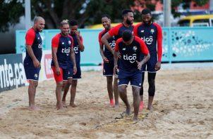 ugadores de la selección de fútbol playa de Panamá entrenan en la Ciudad Deportiva Irving Saladino
