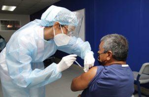 Adultos mayores de 60 años, mujeres embarazadas y docentes que laboran en el circuito 8-9 acuden a recibir la primera dosis de la vacuna contra el covid-19. Foto cortesía: Minsa.