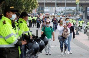 Comerciantes bloquean calles ante un nuevo confinamiento en Bogotá por tercera ola de covid-19. Foto: EFE