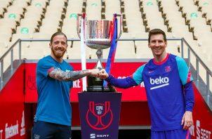 Iker Muniain del Athletic y Messi con la Copa del Rey. Foto:EFE