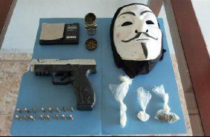 Én el corregimiento de La Concepción, las autoridades encontraron sustancias ilícitas, además de una pesa digital, 16 municiones, un arma de pellets, un triturador plástico y una máscara. Foto: José Vásquez