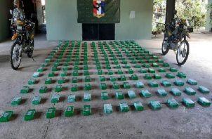 Los 203 paquetes de presunta sustancia ilícita fue encontrada en el área de la popa de la embarcación. Foto: Cortesía Senafront