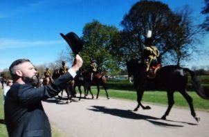 Un hombre rinde homenaje al paso del féretro del duque de Edimburgo, en Windsor (Reino Unido). Foto: EFE.