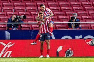 El centrocampista del Atlético de Madrid, Marcos Llorente (izq.), celebra con su compañero Ángel Correa su gol ante el Eibar. Foto: EFE