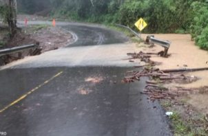 Las corrientes de agua han sobrepasado los drenajes, por lo que las autoridades piden a los automovilistas que conduzcan con cuidado. Foto: Mayra Madrid