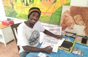 Mulguet Amaru, junto a algunos de los cuadros que ha pintado durante su estancia en suelo panameño. Foto: Luis Avila