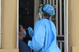 La Región de Salud de San Miguelito realizó hoy una jornada de hisopados en Brisas del Golf, con el fin de encontrar casos positivos de covid-19. Foto. Cortesía Minsa