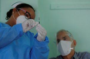 Hasta la fecha se han aplicado un total de 565,471 dosis de la vacuna contra la covid-19 en Panamá. Foto: EFE