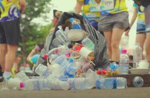 """Imagen del video """"Reutilizando Plástico"""", campaña que presentó la Fundación MarViva con el apoyo de Minae y Rubén Blades."""