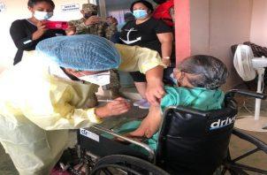 Hoy avanzóen el distrito de Taboga, circuito 8-4, el proceso de vacunación donde se aplicarán más de 2,500 dosis a la población mayor de 16 años. Foto Cortesía: Minsa.