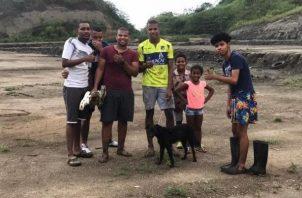 Jóvenes se organizaron para subir en busca del can y ponerlo en manos de las autoridades. Foto: Diomedes Sánchez