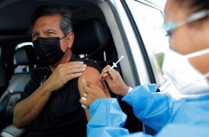 Un hombre recibe hoy la primera dosis de la vacuna AstraZeneca contra la covid-19 en Panamá. Foto: EFE