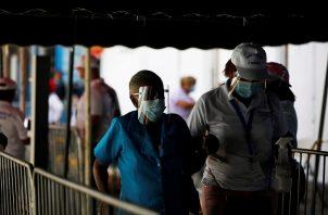 Muchos adultos mayores de 60 años en Panamá ya recibieron la segunda dosis de la vacuna de Pfizer contra la covid-19. Foto: EFE