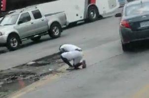Captura del video en que el buhonero recibió una herida mortal en el pecho con un arma blanca en San Miguelito.
