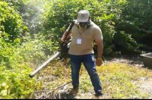Los inspectores le solicitan a la población eliminar los criaderos para evitar la proliferación del mosquito Aedes Aegypti. Foto: José Vásquez