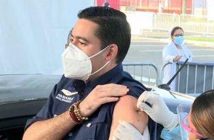 El primero en colocarse la vacuna de AstraZeneca fue el vicepresidente José Gabriel Carrizo. Foto: Archivo.