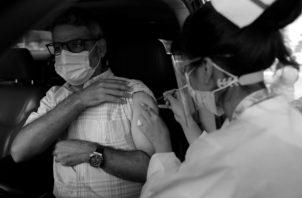 Panamá tiene un historial importante en programas de inmunización. Un hombre recibe la primera dosis de la vacuna AstraZeneca, el pasado jueves 22, en un centro exprés de inmunización. Foto: EFE.