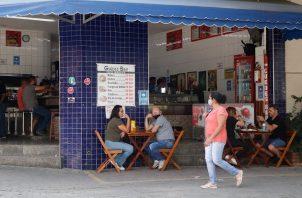 Bares y restaurantes reabrieron sus puertas el pasado 24 de abril en Sao Paulo, el estado más azotado por la pandemia de la covid-19 en Brasil. Foto: EFE