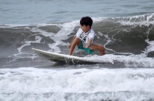 Los chicos disfrutaron de las olas. Fotos de Javiera Mora