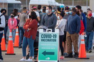 La gente hace fila para recibir la vacuna contra la covid-19 en el sitio de vacunación de FEMA en Miami-Dade, el 5 de abril de 2021.