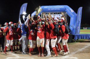 Jugadores de Coclé celebran con el título de camopeón. Foto:Fedebeis