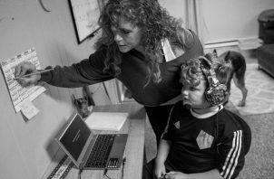 Las familias tienen que apoyar en tareas, en explicar, orientar y tutorizar a su acudido. Deben tener conocimiento para consultar al docente, enviar información y establecer horarios en casa. Foto: EFE.