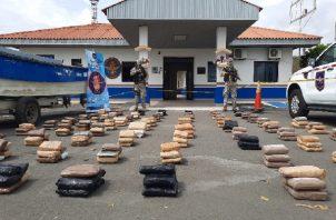Las autoridades incautaron una lancha rápida y siete bultos con presunta droga. Foto: Cortesía Senan