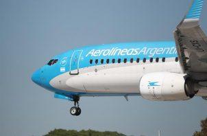 Fotografía de un avión de Aerolíneas Argentinas en el aeropuerto de Buenos Aires (Argentina). Foto: EFE