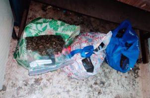 Al menos 64 bolsas transparentes de mediano tamaño con hierba seca, que se presume es marihuana, fueron encontradas por las unidades antidrogas. . Foto: Thays Domínguez