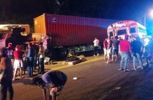 Un autobús chocó con un camión que posteriormente se accidentó con un vehículo 4x4. Foto: Diomedes Sánchez
