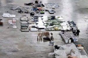 En los operativos encontraron platinas, celulares, cargadores, memoria de USB, entre otros artículos. Foto: Diomedes Sánchez