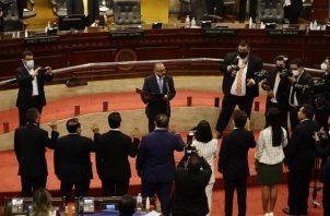 El presidente de la Asamblea Legislativa de El Salvador, Ernesto Castro, fue registrado este sábado al juramentar a miembros de la nueva Junta Directiva, en el Salón Azul del parlamento en San Salvador (El Salvador).