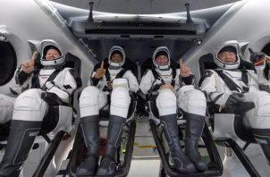 Imagen cedida por la NASA que muestra a los astronautas Shannon Walker, Victor Glover, Mike Hopkins y el astronauta de la Agencia de Exploración Aeroespacial de Japón (JAXA) Soichi Noguchi, dentro de la cápsula Resilience tras aterrizar en el Golfo de México, cerca de Panama City, en el noroeste de Florida (EEUU), este 2 de mayo de 2021.