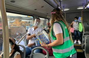 Además del uso obligatorio de mascarilla, se exigiré el uso de la careta en los buses y el Metro de Panamá. Archivo
