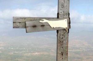 Parte de la cruz fue doblada y sobre ella inscrito todo tipo de mensajes y símbolos. Foto: Eric A. Montenegro