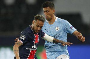 Neymar Jr. (izq.) del PSG y Rodri del Manchester City en las semifinales de la Champions League. Foto:EFE