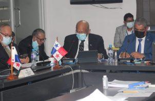 De izquierda a derecha: Enrique Lau, director de la CSS; Héctor Alexander, ministro de Economía; y Luis F. Sucre, ministro de Salud.  Foto: Cortesía Asamblea Nacional