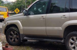 El impacto de las balas quedó evidenciado en las ventanas del vehículo 4 x 4 Toyota Prado. Foto: Diómedes Sánchez S