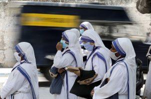 Misioneras esperan su turno para un test de coronavirus en Calcuta, India. Foto: EFE