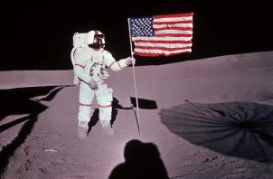 El astronauta estadounidense Alan B. Shepard coloca la bandera de Estados Unidos sobre la superficie de la Luna, el 5 de febrero de 1971.