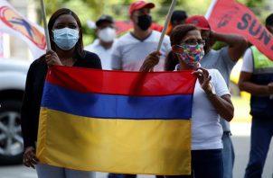 Grupos de sindicatos panameños protestan frente a la embajada de Colombia en solidaridad con las manifestaciones y organizaciones colombianas que protestan desde el pasado 28 de abril, hoy en Ciudad de Panamá
