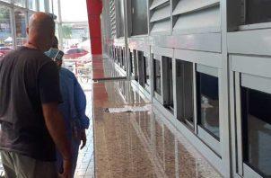 A todos los costarricenses que pasan para Panamá se les toma la temperatura. Foto: José Vásquez