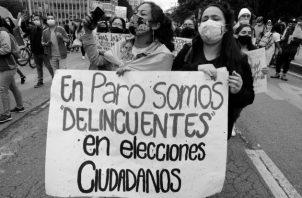 Salen a protestar en medio de la pandemia y lo hacen contra todo riesgo de contagio, porque estiman que el gobierno es más peligroso que la COVID-19. Foto: EFE.