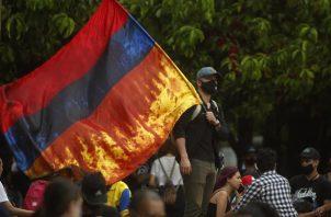 Un hombre participa de una jornada de protestas en el Parque de los Deseos en Medellín (Colombia). EFE